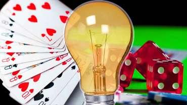 Bola Lampu Kuning di Depan Kartu dan Dadu