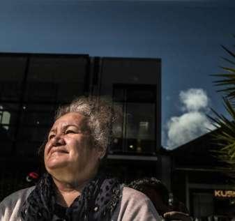 Penjudi wanita mencari waktu jauh dari kehidupan keluarga yang penuh tekanan dan kekerasan dalam rumah tangga