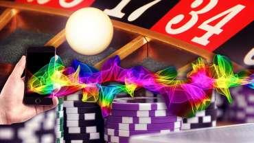Warna Meledak dari Smartphone Dengan Latar Belakang Roulette dan Kasino