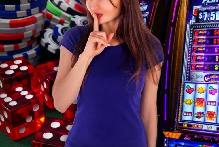 Wanita Dengan Bibir Jemari Di Depan Keripik Kasino Dadu dan Slot