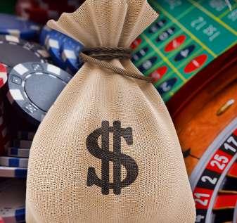 Kantong Uang Dengan Chip Kasino dan Latar Belakang Roda Roulette