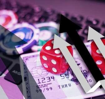 Beberapa Panah Menunjuk Dengan Latar Belakang Kartu Kredit Casino Chip
