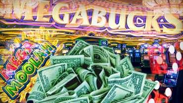 Pile of Cash dan Megabucks Logo Dengan Latar Belakang Kasino