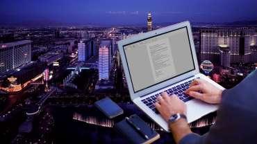 Telepon Laptop dan Buku Tulis Dengan Latar Belakang Las Vegas