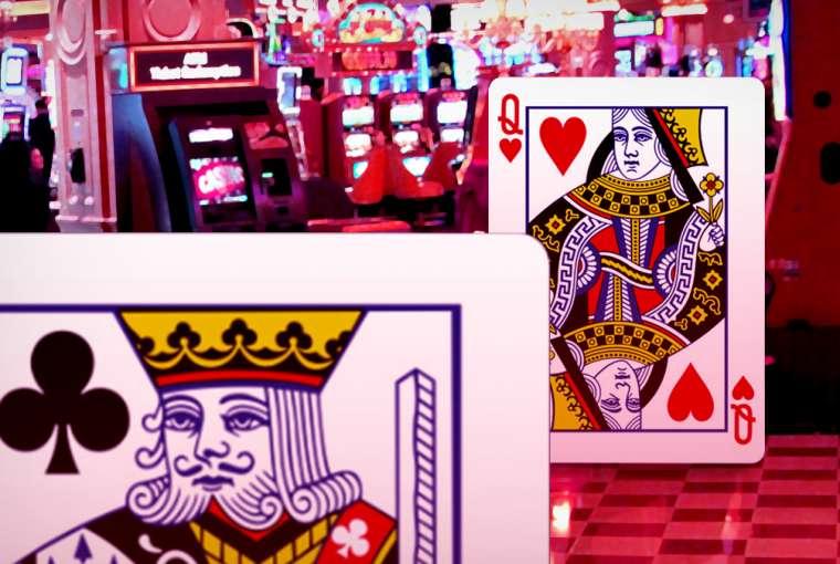 Kartu Bermain Raja dan Ratu Berdiri di Kasino