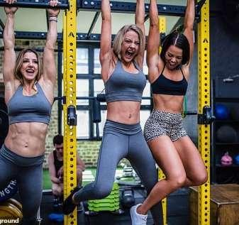 Justin Ashley, pendiri dan CEO gym Fitness Playground, telah bergabung dengan para pemimpin industri lainnya dalam menyuarakan rasa frustrasinya bahwa pembatasan COVID-19 untuk pub, restoran, kafe, dan salon kecantikan telah dilonggarkan di depan gym. Foto: Perempuan berolahraga di Fitness Playground sebelum larangan diperkenalkan
