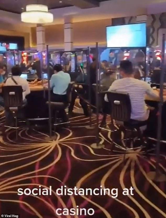 Cuplikan kasino yang baru dibuka kembali menunjukkan tindakan pencegahan baru telah diinstal. Rintangan Perspex telah didirikan di atas meja permainan untuk mencegah penyebaran virus