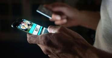 Penjudi menggunakan aplikasi bank untuk membekukan akun saat mereka melawan godaan kuncian