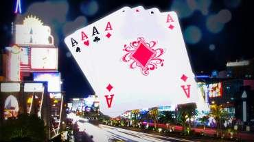 Kartu Empat Aces Dengan Latar Belakang Las Vegas Strip