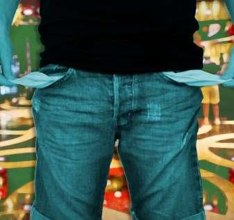 Man Turning Out Pockets Dengan Latar Belakang Dadu dan Kasino