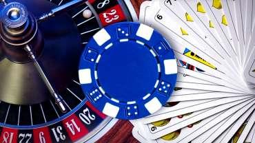 Latar Belakang Poker Chip dan Roulette dan Kartu Kasino