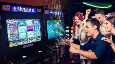 Man and Friends Memainkan Mesin Slot Berbasis Keterampilan