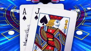 Tangan Blackjack Dengan Latar Belakang Meja Blackjack Biru