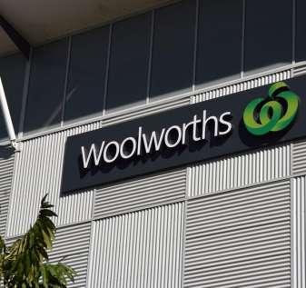 ALH Woolworths dihukum karena 'penjudi pokie plying dengan alkohol'