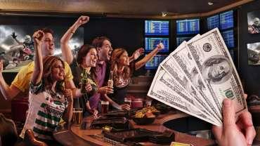 Tangan Memegang Uang Dengan Latar Belakang Sports Bar