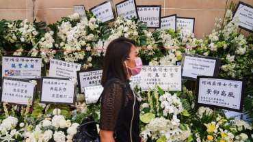 People wait to pay their respects outside the funeral service for gambling magnate Stanley Ho. Photo: Sam Tsang