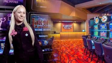 Kasino Host dengan Meja Klub Pemain dan Latar Belakang Kasino