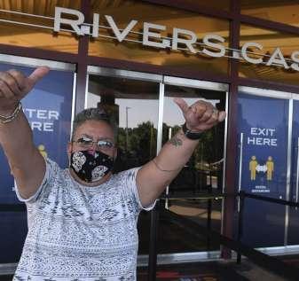 Penghalang kaca dan topeng wajib menyambut penjudi saat kasino dibuka kembali