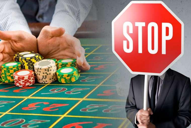 Man Memegang Stop Sign dan seorang Pria Mendorong Setumpuk Chip Kasino