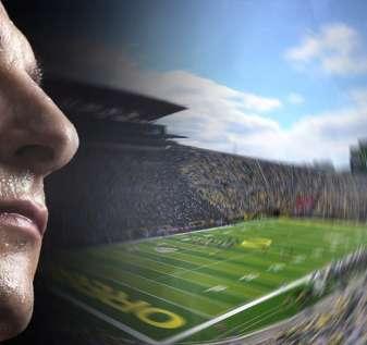 Pria Berkeringat Dengan Mata Tertutup dan Latar Belakang Stadion Sepak Bola Universitas