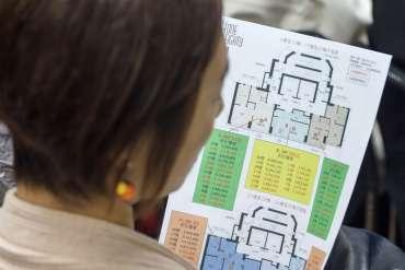Orang Cina Membeli Real Estat Tapi Menahan Makan di Luar, Berjudi