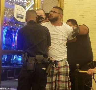 Seorang penjudi dikawal keluar dari kasino Las Vegas yang terkenal di dunia dengan borgol setelah dia masuk tanpa mengenakan topeng
