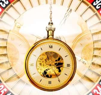 Jam Saku Berayun Dengan Latar Belakang Roda Roulette