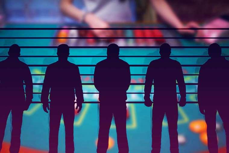 Siluet Barisan Polisi Dengan Latar Belakang Blackjack