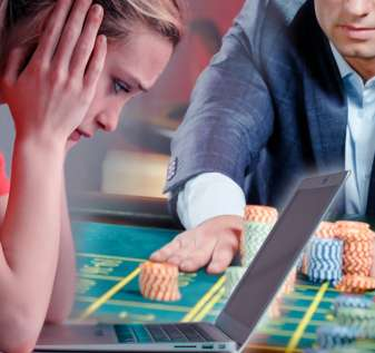 Wanita Dengan Penampilan Khawatir Menggunakan Laptopnya dan Seorang Pria Bermain Roulette