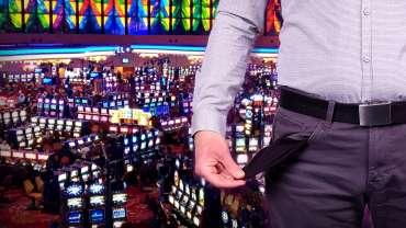 Pria Dengan Saku Terbalik dan Latar Belakang Lantai Kasino