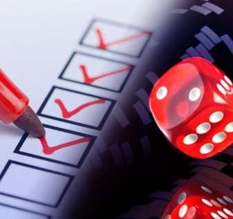 Daftar Periksa Dengan Spidol Merah dan Chip Dadu dan Kasino