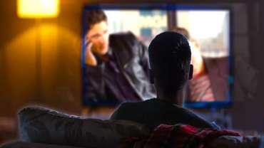 Gambar Dari Di Belakang Seorang Pria Menonton Film
