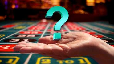 Buka Tangan Dengan Tanda Tanya Di Atasnya Dengan Latar Belakang Roulette