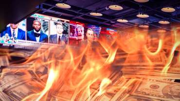 Tumpukan Uang Terbakar Dengan Latar Belakang Sportsbook