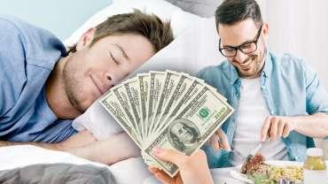 Segenggam Uang Seratus Dolar Dengan Latar Belakang Seorang Pria Tidur dan Seorang Pria Makan
