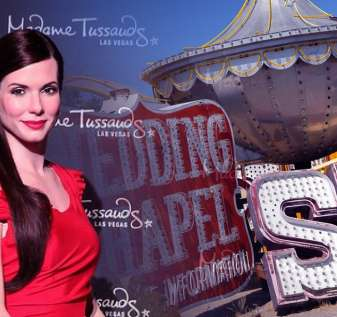 Patung Madame Tussauds Sandra Bullock dan Papan Nama Museum Neon