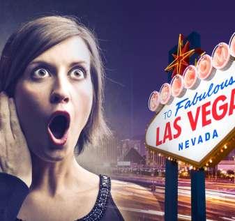 Pria Berbisik ke Telinga Wanita Terkejut Dengan Latar Belakang Tanda Las Vegas