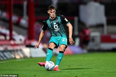 Swansea City telah membuang perusahaan judi Yobet sebagai sponsor utamanya. Universitas Swansea akan mengambil alih. Foto, Connor Roberts dari Swansea City selama Semifinal Play Off Sky Bet Championship pada 29 Juli