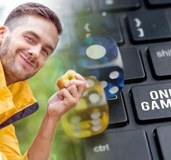 Orang Bahagia Makan Apple dan Laptop Dengan Kunci Judi Online