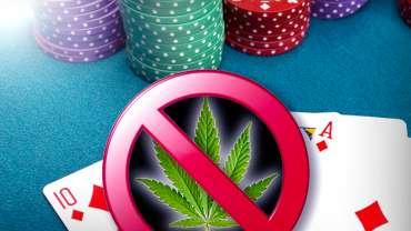 Daun Ganja dalam Simbol Coret Dengan Latar Belakang Poker