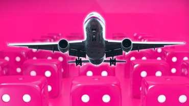 Pesawat Lepas Landas Dengan Latar Belakang Dadu Kasino Merah Muda