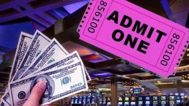 Segenggam Uang Tunai dan Satu Tiket Terima Dengan Latar Belakang Kasino