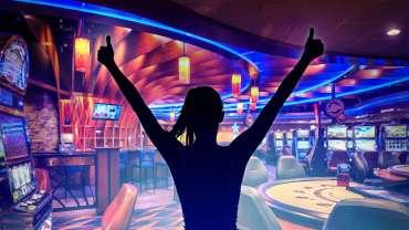 Siluet Wanita Memberi Jempol Dengan Latar Belakang Kasino