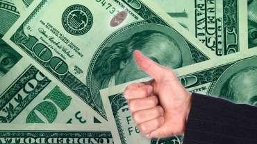 Membalik Tangan Seperempat Dengan Latar Belakang Uang